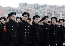 Schüler der Navigationsschule bereiten sich für die Parade am 7. November im Roten Platz vor Stockbild