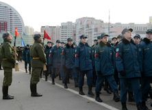 Schüler des Kadett-Korps des Ministeriums von Notsituationen bereiten sich für die Parade am 7. November im Roten Platz vor Stockfotos