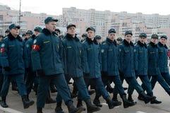 Schüler des Kadett-Korps des Ministeriums von Notsituationen bereiten sich für die Parade am 7. November im Roten Platz vor Stockfoto