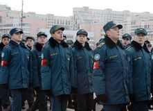 Schüler des Kadett-Korps des Ministeriums von Notsituationen bereiten sich für die Parade am 7. November im Roten Platz vor Lizenzfreie Stockfotografie
