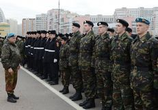 Schüler des Militär-patriotischen Verein ` Moskau-` s Arbeitsreserven ` bereiten sich für die Parade am 7. November im Roten Plat Stockfotografie