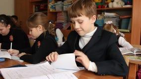 Schüler dreht in der Schule Anmerkung stock video
