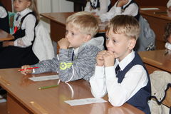 Schüler an einer Schulbank an einer Lektion in der Schule - Russland Moskau die erste Highschool die erste Klasse b - 1. Septembe Lizenzfreie Stockfotografie