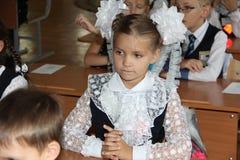 Schüler an einer Schulbank an einer Lektion in der Schule - Russland Moskau die erste Highschool die erste Klasse b - 1. Septembe Stockfoto
