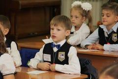 Schüler an einer Schulbank an einer Lektion in der Schule - Russland Moskau die erste Highschool die erste Klasse b - 1. Septembe Stockbilder