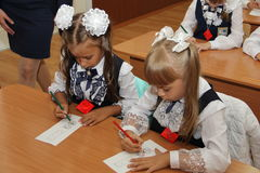 Schüler an einer Schulbank an einer Lektion in der Schule - Russland Moskau die erste Highschool die erste Klasse b - 1. Septembe Lizenzfreie Stockbilder
