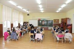 Schüler an einer Schulbank an einer Lektion in der Schule - Russland Moskau die erste Highschool die erste Klasse b - 1. Septembe Lizenzfreie Stockfotos
