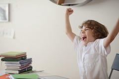 Schüler ermüdet vom Handeln von Lektionen Stockbild