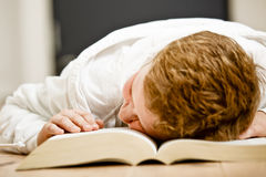 Schüler ermüdete vom Handeln von Heimarbeit Lizenzfreies Stockbild