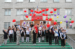 Schüler geben Ballone in den Himmel frei Stockfotos
