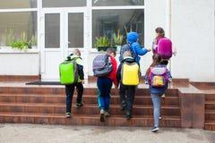 Schüler gehen zur Schule stockfotos