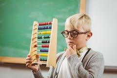 Schüler gekleidet herauf als Lehrer, der Abakus hält Lizenzfreie Stockbilder