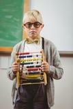 Schüler gekleidet herauf als Lehrer, der Abakus hält Stockbild