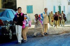 Schüler kommen nach Hause von der Schule zurück Stockfoto