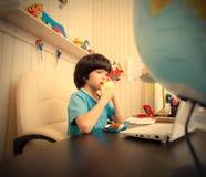 Schüler mit einem Laptop Apfel essend Stockfoto