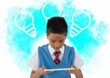 Schüler mit Grafiken der Tablette und der Glühlampe Stockbilder