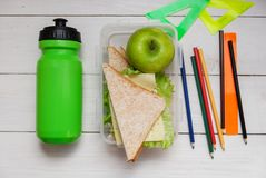 Schüler ` s Frühstück auf dem Tisch, ein Sandwich, Apple, Flasche Wasser Lizenzfreie Stockfotografie