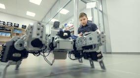 Schüler steuert selbst gemacht Roboter am Ingenieurschulelabor stock video footage