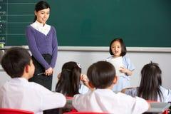 Schüler und Lehrer durch Chinese-Kategorie Blackboardin lizenzfreie stockfotos