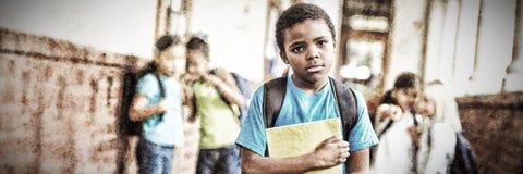 Schüler verspottet im Schule-coridor lizenzfreie stockfotografie