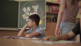 Schüleraufstiegshand im Klassenzimmer Exellent M?dchen und fauler Junge Ausbildung stock video