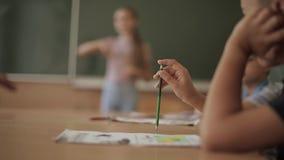 Schüleraufstiegshand im Klassenzimmer Exellent M?dchen und fauler Junge Ausbildung stock footage