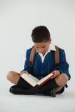 Schülerlesebuch auf weißem Hintergrund Stockfoto