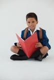 Schülerlesebuch auf weißem Hintergrund Stockbilder