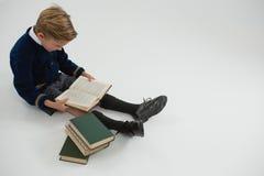 Schülerlesebuch auf weißem Hintergrund Lizenzfreies Stockbild