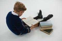 Schülerlesebuch auf weißem Hintergrund Lizenzfreie Stockfotos