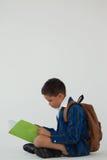 Schülerlesebuch gegen weißen Hintergrund Stockbilder