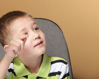 Schülerporträt des kleinen Jungen, das mit dem Finger zeigt Stockfotos