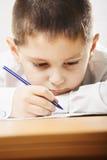 Schülerschreibensnahaufnahme lizenzfreie stockfotografie