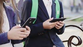 Schülerspiel im Smartphone und in der Tablette stock footage