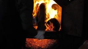 Schüren des Feuers stock video footage