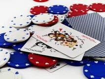 Schürhaken-Chips und Spassvogel-Karten auf weißem Hintergrund Lizenzfreie Stockfotos
