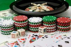 Pokerchips u. Roulette. lizenzfreie stockfotos