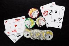 Schürhakenchips und Spielkarten Lizenzfreies Stockbild