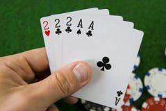 Schürhakenhand mit Spielkarten stockfotografie