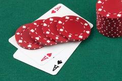 Schürhakenkarten, As und Kasinochips Lizenzfreie Stockfotos