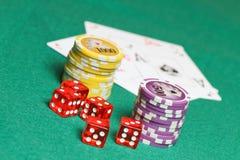Schürhakenkarten, -münzen und -würfel Lizenzfreie Stockfotos