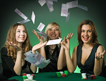 Schürhakenspieler im Kasino mit Karten und Chips lizenzfreies stockbild