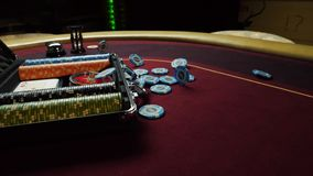Schürhakentabelle mit Pokerchips im Koffer und in Kasino auf dem Tisch fallen Poker Chips For Gambling Card Game stock video
