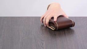 Schürzen Sie auf dem Tisch, Kind-` s Hand, die Geldbörse stiehlt stock footage