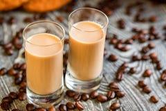 Schüsse des Sahnelikörs mit Kaffeebohnen lizenzfreie stockbilder
