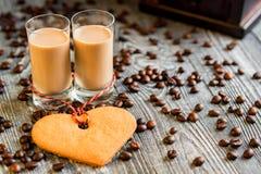 Schüsse des Sahnelikörs mit Kaffeebohnen lizenzfreies stockbild