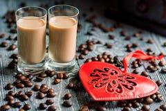 Schüsse des Sahnelikörs mit Kaffeebohnen stockfotos