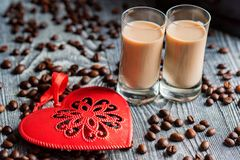 Schüsse des Sahnelikörs mit Kaffeebohnen lizenzfreie stockfotografie