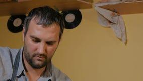 3 Schüsse Professioneller männlicher Töpfer, der in der Werkstatt, Studio arbeitet stock video footage