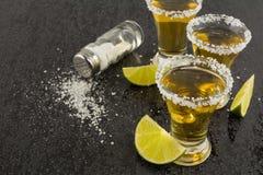 Schüsse von Goldtequila lizenzfreie stockbilder